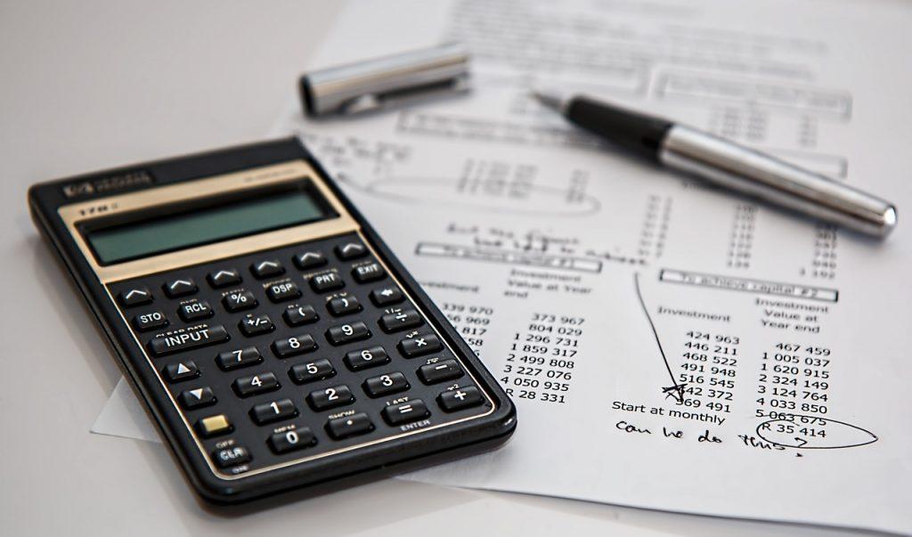 Taschenrechner und Finanzunterlagen